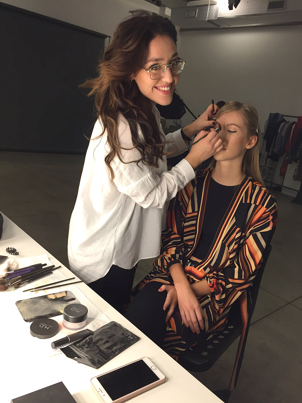 Backstage a trucco makeup artist working photo7it editoriale