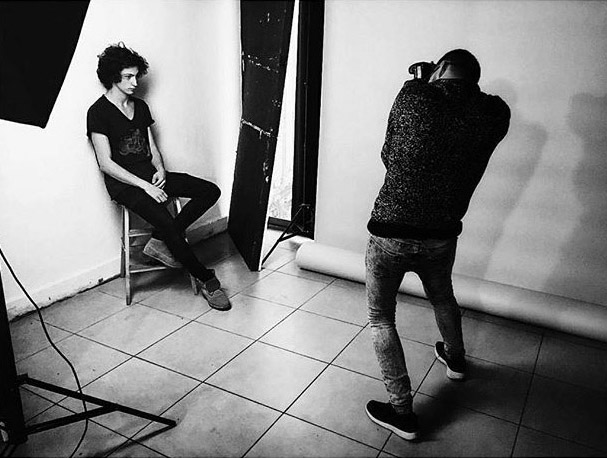 Backstage of male model test studio fotografico shooting